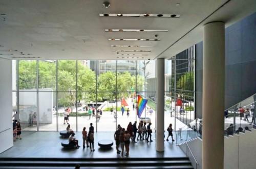 クレジットMoMA(ニューヨーク近代美術館)館内で揺れるギルバート・ベイカーさん名義レインボーフラッグ