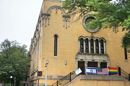 クレジット保守派ユダヤ教会、パーク・スロープ・ジューイッシュ・センターにかかるレインボーフラッグ