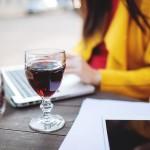 女性のアルコール依存症が1.7倍に 「毎日グラス一杯だけ」でも危ない理由