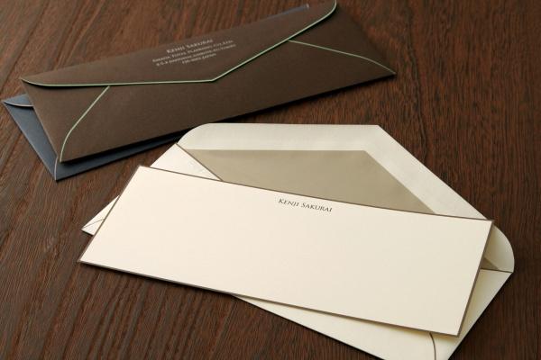 封筒とコレスポンデンスカード(洋風の一筆箋)のセット。プレスされた文字が立体的で高級感がある。