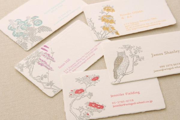越前和紙の職人が手作業で漉いたオリジナルのコットンペーパーによる名刺。活版印刷の凹凸がぐっと際立つ。