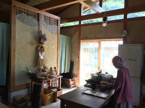 竹小舞の壁も自分たちでつくった。塗りこめるのがしのびなく、上は透いたままに。