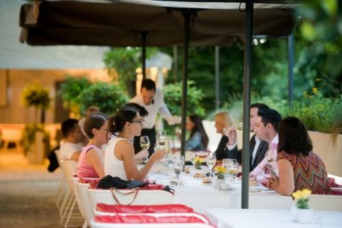 テラス席でモラヴィアのワインを。