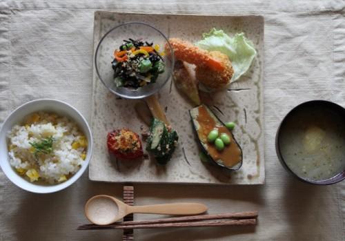 穀物と、地元の新鮮な野菜を使った里山ごはん。調味料も自家製。
