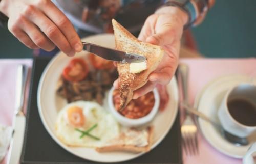 朝ごはんを食べない人は「冷え性」のリスクが2倍に