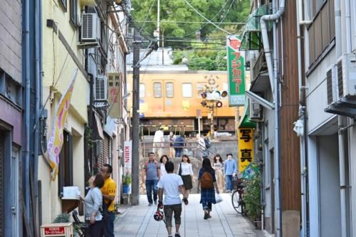 本町通り商店街。尾道の街並みを象徴する路地と坂道。