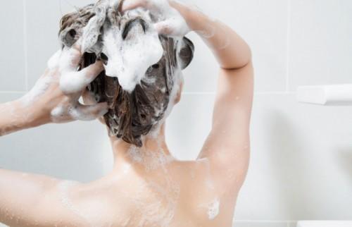 42度以上のお湯で洗うのはNG! 皮膚科医が教える「正しい髪の洗い方」