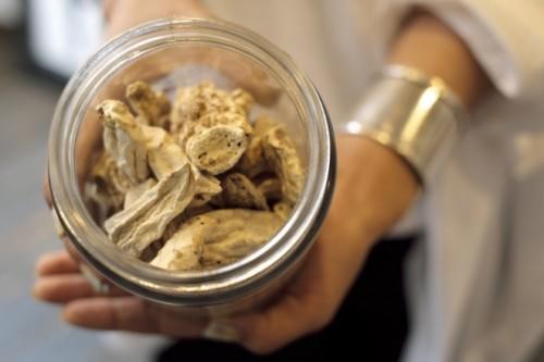 香水の原料となるアヤメの根。静けさを感じる土の匂いがした。