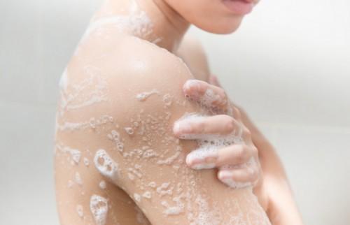 こすりすぎはシミの原因に? 皮膚科医が教える「30歳からのボディケア」