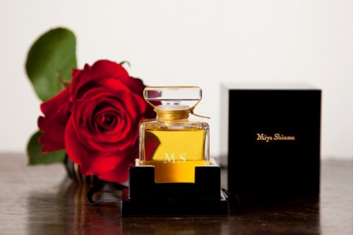 個人からのオーダーメイド注文(1000ユーロから)は、注文者のイニシャルが入るこちらの特別な香水瓶で。口コミで広がり、1ヵ月に2、3件の注文がある。