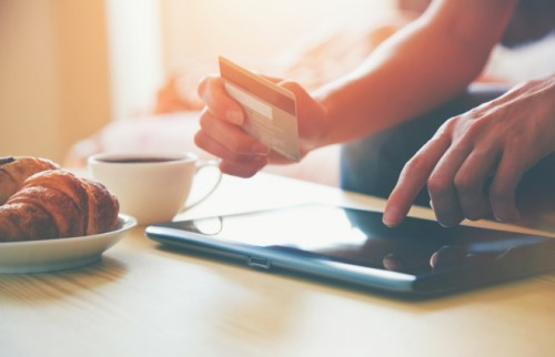 クリスマスプレゼント、30代は6割が「ネットで購入」 平均予算はいくら?