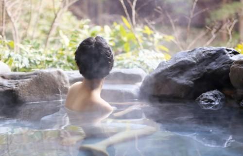 乳がんでも温泉を楽しめるインナー 全国に広がる「バスタイムカバー」とは?
