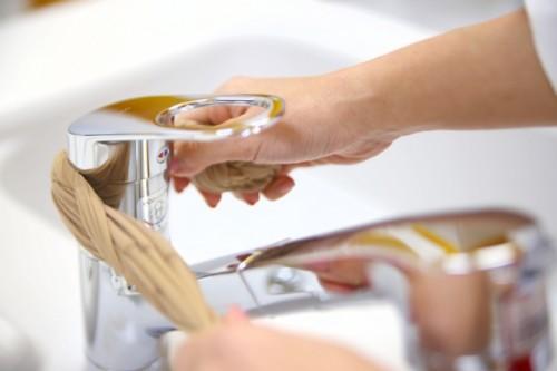 三つ編みストッキングは手が届きにくいお風呂の蛇口の掃除にも大活躍