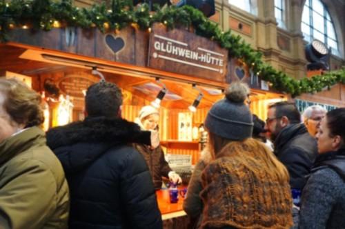 グリューワイン(Glühwein)はスイスでも人気! 屋台はこの人だかりです。