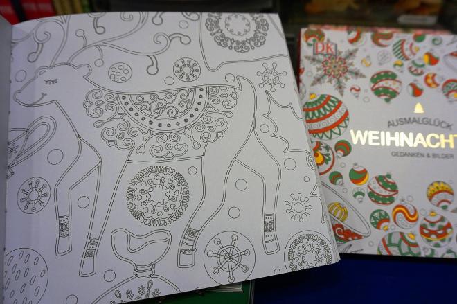 季節柄、今はクリスマスの絵柄の塗り絵がいっぱい。塗って贈れるクリスマスカード本もある。