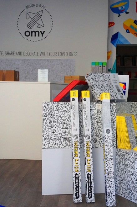 パリのOMY(オーマイ)) https://www.omy-maison.com/fr/ は2012年設立の塗り絵専門店。大型ポスターや布製バッグなどいろいろ。つい最近は、塗る「靴下」も仲間入り。(OMYは日本でも購入可)