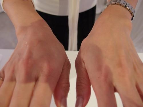 同量の化粧水を垂らして比較。古い角質のない肌(右)は、化粧水が目に見えて浸透しています