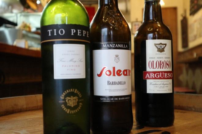 左から、フィノ、マンサニーリャ、オロロソ。いずれも辛口タイプ