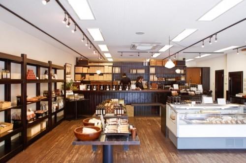 旧軽井沢ロータリーにある酢重正之商店。丁寧につくられた味噌や醤油などの伝統的な発酵調味料や漬物、調味料などが並ぶ