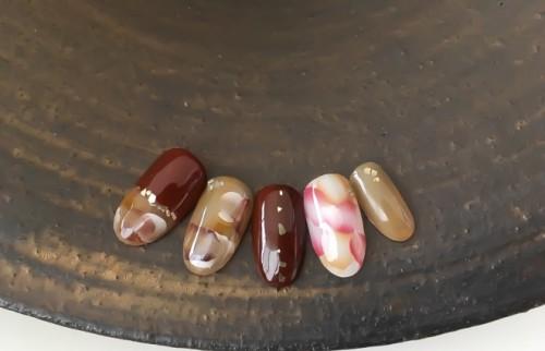 爪もオシャレなチョコ仕様で…オトナ女性におすすめのバレンタインネイル5選