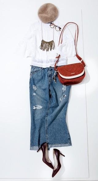 カジュアルなクラッシュデニムのスカートにキレイめのブラウスやヒールを合わせたコーデ。ベレー帽が力を抜いた雰囲気に仕上げてくれる。