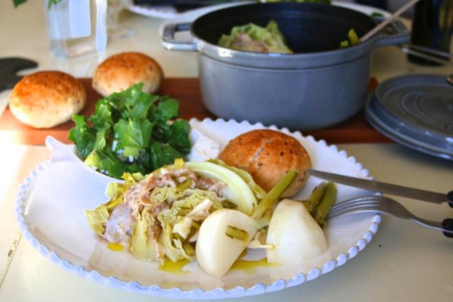 洋風鍋で温まる…!「キャベツと豚ばら肉の白ワイン煮とシンプルサラダ」【金曜日の夜ごはん】