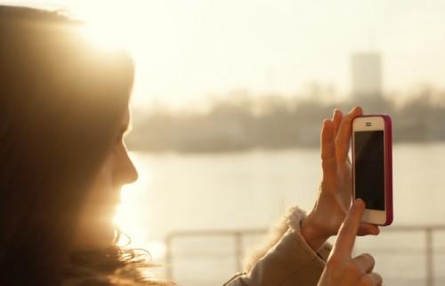 SNS投稿写真、8割の女性が笑顔に「自信ない」表情にもマンネリ感じる