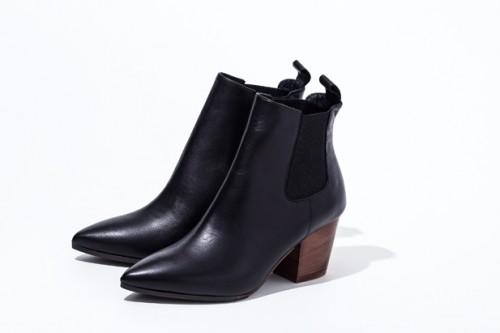 クラシカルなムードを演出してくれるサイドゴアなどのブーツも◎。これらは黒を選ぶことが鉄則。