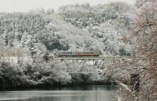 """東京の「なまぬるい冬」と地方の「雪の洗礼」 本当の美しさは""""厳しさ""""にある<"""