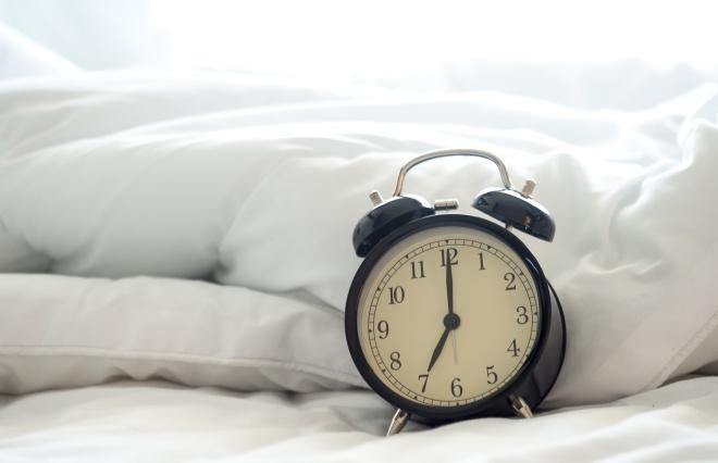 「目覚ましのスヌーズ機能」は睡眠の質を下げる。すっきり起きる3つのコツ