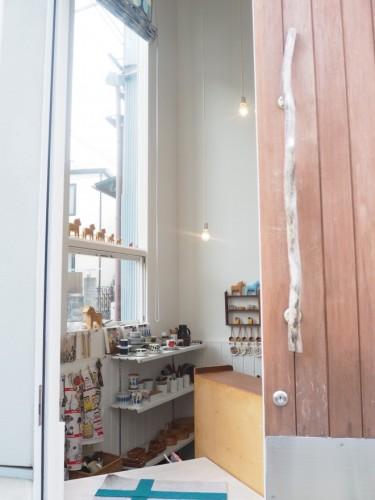 塚本さんの7坪ハウスのエントランス。1階のドアを開けると、ショップの店内という設計。
