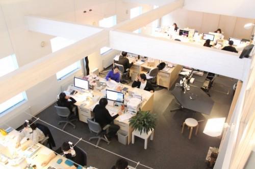 群馬県高崎市にあるオフィスの風景。天井の高い開放的な空間。