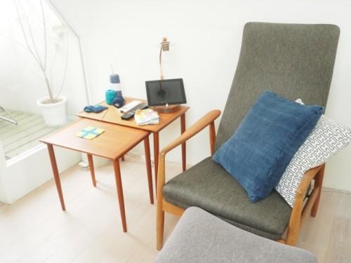 3階の寝室兼書斎のスペース。ベランダ脇の陽だまりには愛用のチェアが。