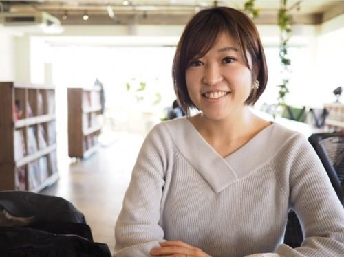 フラワーアレンジメントデザイナー、講師として活動する刈間真悠子さん。「フラワーショップ&レッスンMy flower closet」主宰者として、ウエディングやギフトオーダー品を販売している。