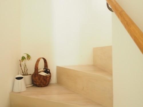 1階から2階につながる階段の角。塚本邸の床はすべてアイボリーホワイトのフローリングで統一されている。