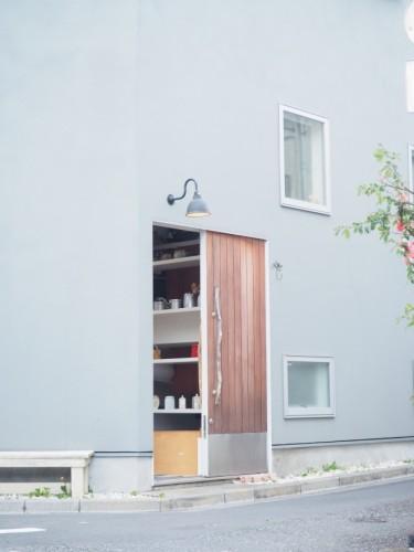 塚本邸の入口。壁の色は落ち着いたブルーグレーで、下町にも不思議と馴染んでいる。