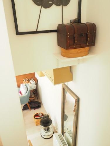 2階から3階につながる階段。30代は旅によく出かけていたという塚本さんらしい小物があちこちに。