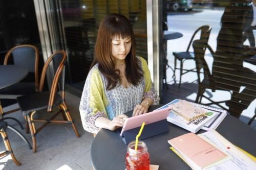 仕事の空き時間はたいていカフェのテーブルでテキストを開いて勉強