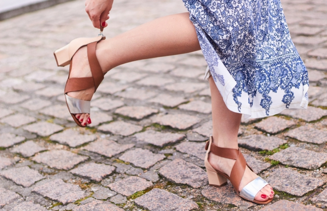 サンダルで足が痛い! 足と靴専門の理学療法士に聞く、正しい歩き方と姿勢とは