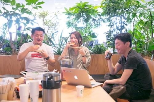 執行役員の田面木宏尚さん(左)、中澤さん(中)代表取締役会長兼CEOの山田進太郎さん(右)
