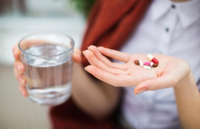 薬剤師に聞く。胃痛ケアの市販薬の選びかたとは?