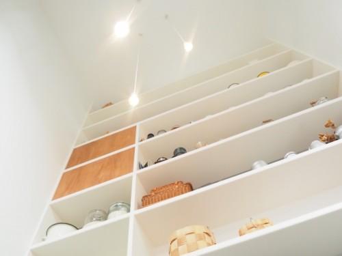 「天井は高くできなくても開放感は欲しい」という塚本さんのリクエストに応えて、エントランスは1階から2階まで吹き抜けになっている。