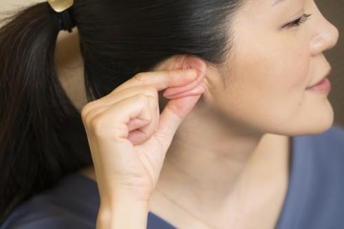 グーで耳の上と下をギュッと丸め込みます。