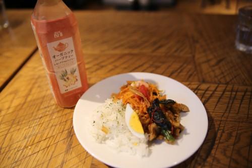 成城石井オーガニックハーブティーレモングラス&ジンジャー(左)と鶏と胡桃のチリインオイル炒めジャスミンライス(右)