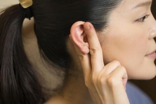 チョキは中指と人差し指で耳を挟んで、上下にこすります。