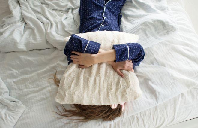 朝起きて気分が落ち込む原因…2位は「天気が悪い日」、1位は?