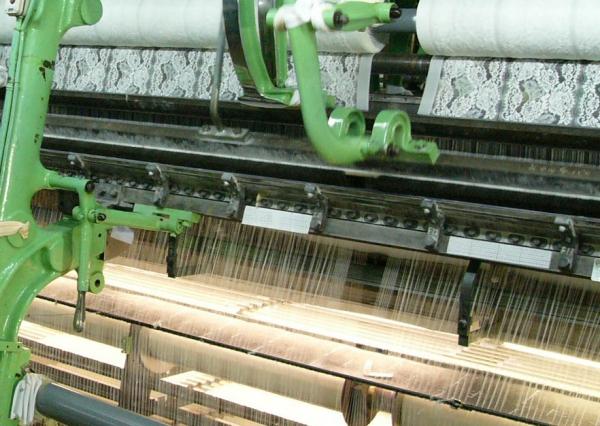 2万本あまりの糸によって美しいレースを創造するリバーレース機。(資料・画像提供/栄レース株式会社)