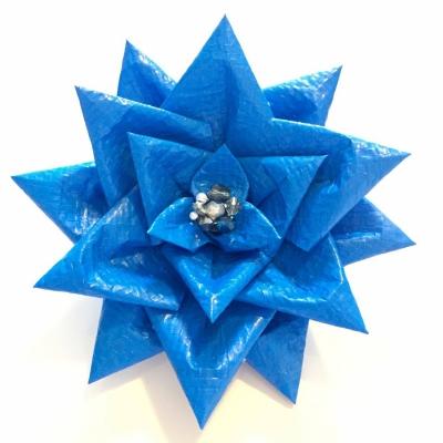 熊本地震で役目を果たしたブルーシートをコサージュにする「BLUE BLOOM」プロジェクトで制作したコサージュ。
