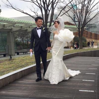 鈴木さんの作品「ジャイアントフラワー」を携えて挙式したカップル。