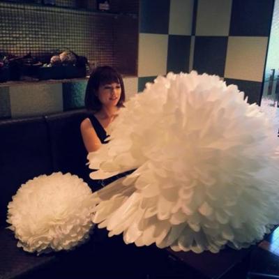 乳がんを患う前、花嫁のために「ジャイアントフラワー」を制作する関さん。